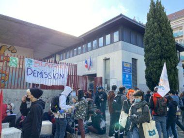 """Des lycéens, toujours mobilisés, ont manifesté à Grenoble. Blocus """"fantôme"""" devant le lycée Stendhal ce jeudi 20 mai. Élève de Stendhal. © Sarah Krakovitch – Place Gre'net"""