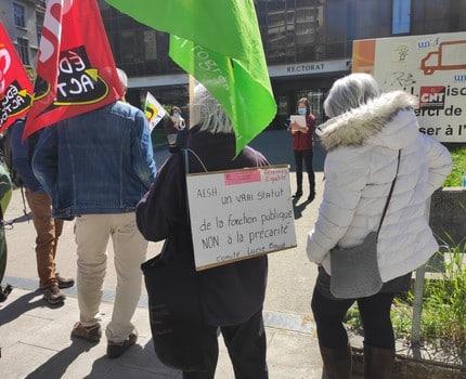 """Les AESH manifestent devant le rectorat contre les """"pôles inclusifs d'accompagnement localisés"""""""