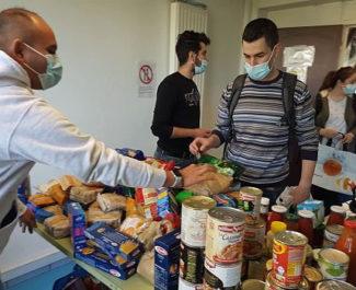 COUV Distribution alimentaire par le collectif Génération précarité résidence Village Olympique à Grenoble, dimanche 4 avril 2021 © Séverine Cattiaux – Place Gre'net