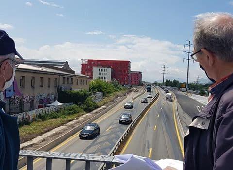 COUV Sur le pont du Drac, Hervé Derriennic, secrétaire de l'Union de quartier Berriat Saint Bruno Europle, qui réclame un mur anti bruit, le long du quartier Bouchayer Viallet, pour pallier les nuisances sonores consécutives à l'élargissement de l'A480, 8 juin 2021. © Séverine Cattiaux - Place Gre'net