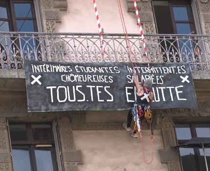 Installation d'une banderole dénonçant la précarité des intermitents du spectacle sur la façade au niveau du 5ᵉ étage d'un immeuble de la rue Félix-Poulat. © Joël Kermabon - Place Gre'net