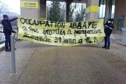 Des militants du Dal ont interpellé les élus devant le siège de la Métropole. © Dal 38