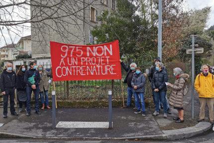 Des représentants du Collectif Île Verte devant la parcelle située quai Jongkind. © Joël Kermabon - Place Gre'net