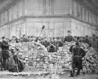 Barricade de la rue Voltaire-Lenoir lors de la Commune de Paris.DR