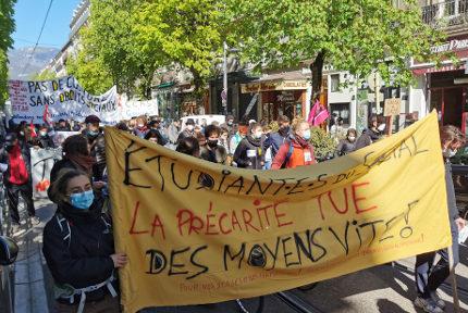 Une manifestation commune travailleurs sociaux - étudiants. © Joël Kermabon - Place Gre'net