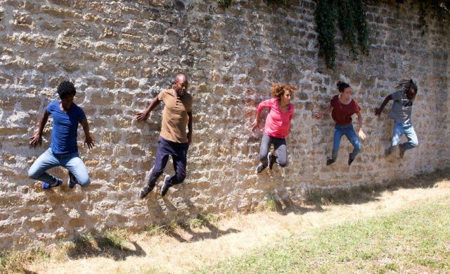 La compagnie Malka propose sa Brigade d'Action Chorégraphique le 30 juin sur le parvis de la MC2 © Camille Triadou