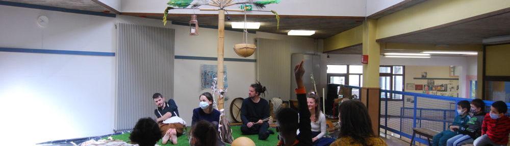 Les élèves de l'école des Genêts assistent à la représentation d'un des contes de la Compagnie des Apatrides. © Sarah Krakovitch – Place Gre'net