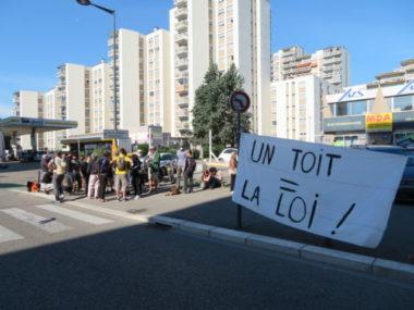 Une vingtaine de militants du Dal 38 se sont réunis au 10 avenue Rhin-et-Danube. © Tim Buisson – Place Gre'net
