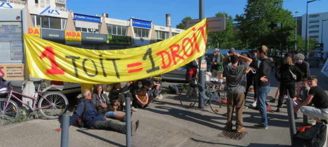 Le Dal 38 a organisé un piquet anti-expulsion, mardi 1er juin 2021, à Grenoble. © Tim Buisson – Place Gre'net
