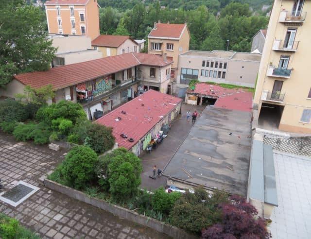 Le bidonville de la rue Jean-Macé qui divise préfecture et Ville de Grenoble. © Tim Buisson – Place Gre'net