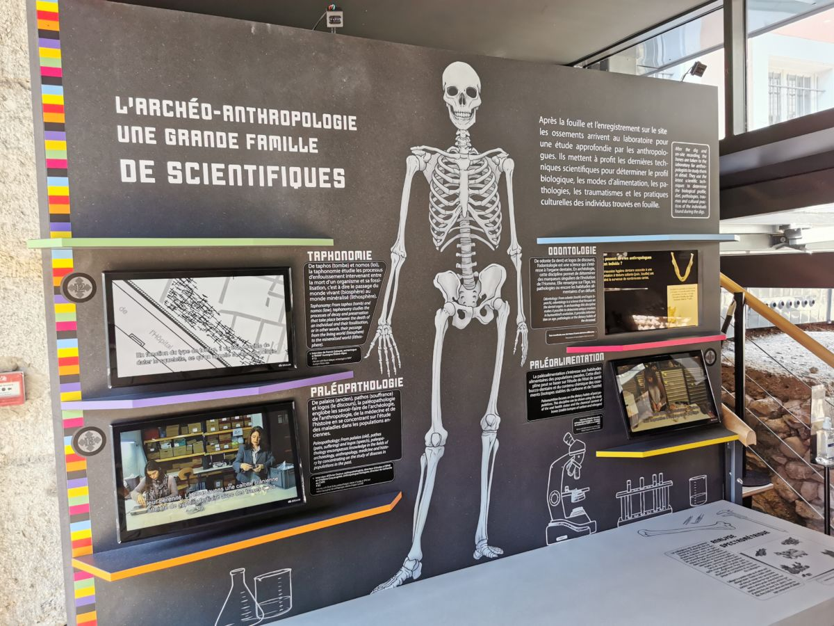 Panneau explicatif sur les différentes disciplines de l'archéo-anthropologie. © Joël Kermabon - Place Gre'net