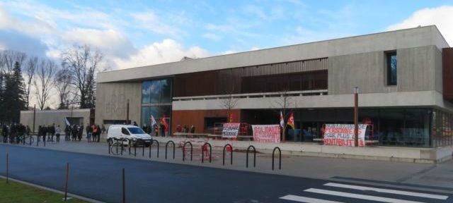 Manifestation devant le restaurant universitaire Diderot du Crous. © Tim Buisson – Place Gre'net