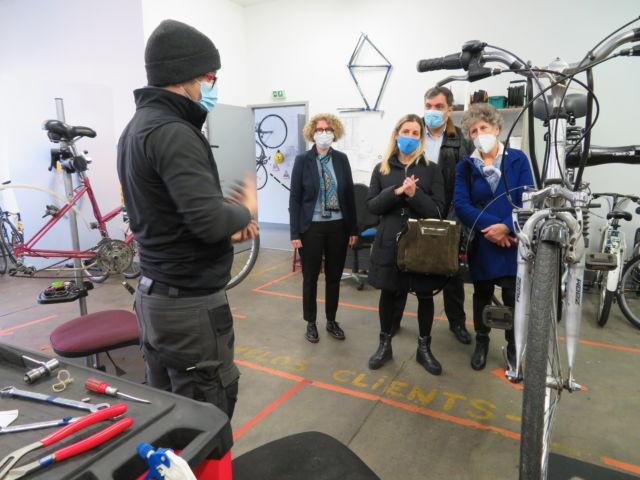 Les élus de la région ont visité l'atelier Cycles & Co à Fontaine. © Tim Buisson – Place Gre'net