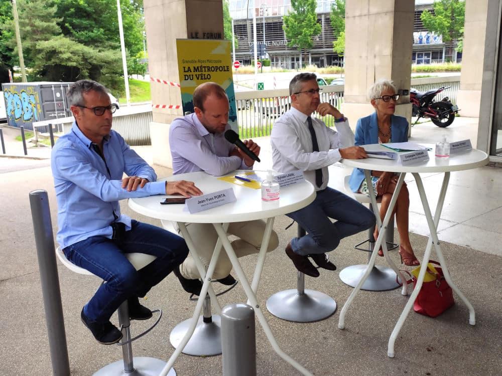 De gauche à droite, Jean-Yves Porta (maire de Vaulnaveys-le-Haut), Sylvain Laval (vice-président de la Métro), Christophe Ferrari (président de la Métro) et Michelle Veyret (adjointe de Saint-Martin d'Hères) présente le Plan vélo de Grenoble-Alpes Métropole © Florent Mathieu - Place Gre'net