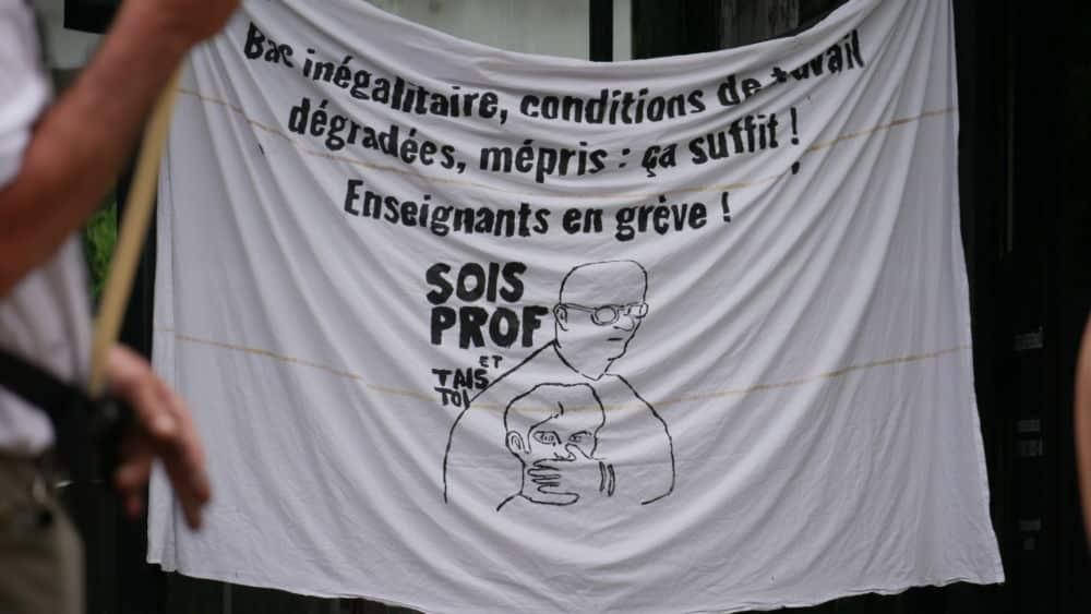 Banderole contre la politique de Jean-Michel Blanquer au rassemblement intersyndical