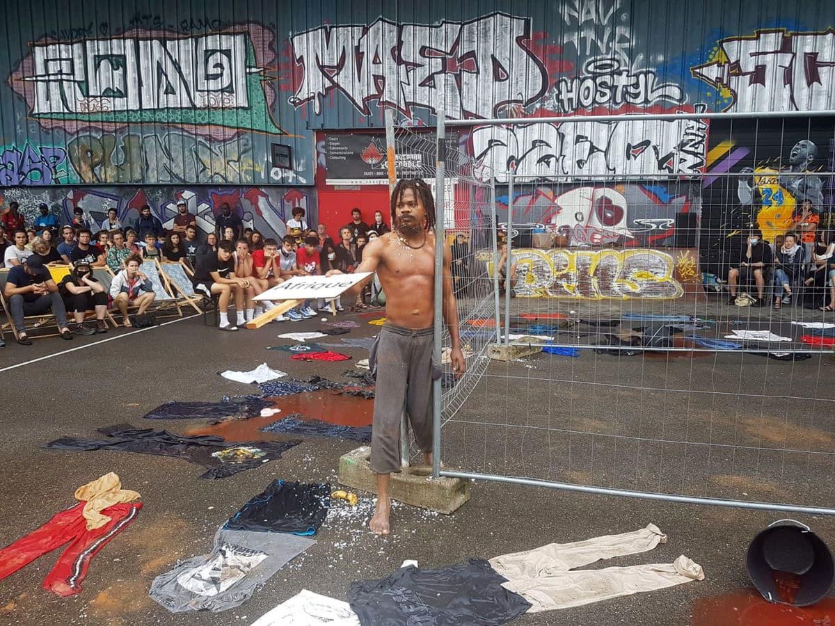 Le danseur et performeur camerounais Zora Snake, au Pass'sport festival, dans le cadre de la Semaine des réfugiés, dimanche 20 juin 2021. © Séverine Cattiaux - Place Gre'net