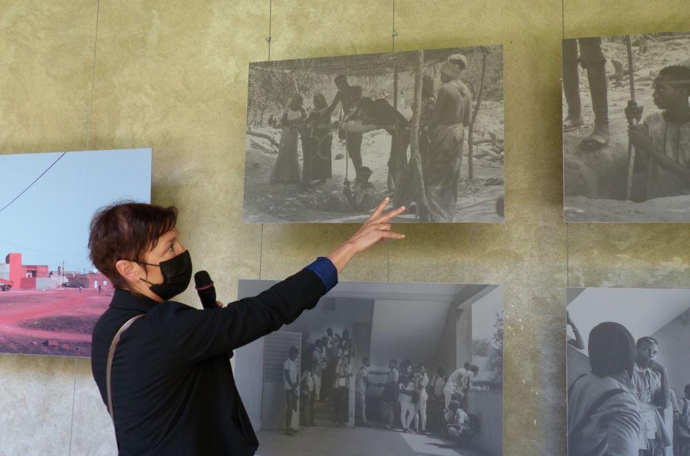 Stéphanie Nelson présente son travail sur les murs du Musée dauphinois © Florent Mathieu - Place Gre'net