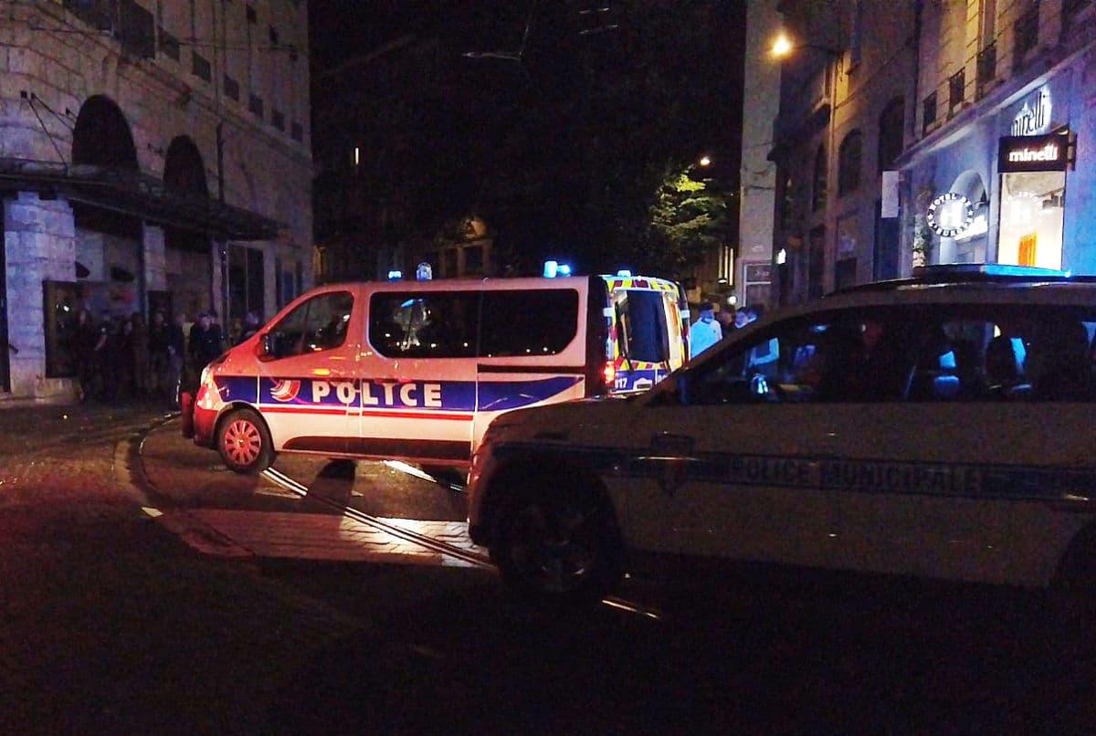 Des photographies privées de policiers ont été diffusées publiquement à Bourgoin-Jallieu, avant que des heurts n'éclatent entre des jeunes et forces de l'ordre © Joël Kermabon - Place Gre'net