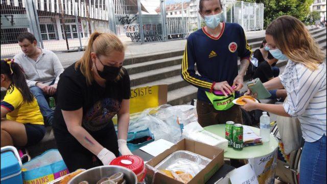 Vente d'empanadas au profit du peuple colombien. © Joël Kermabon - Place Gre'net