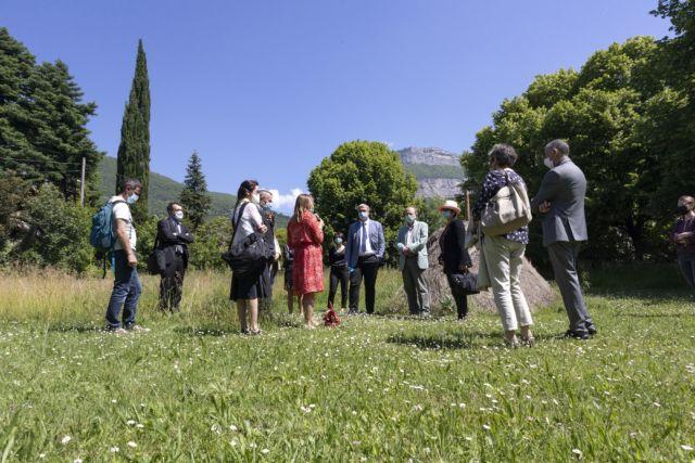 Visite du terrain devant accueillir le futur centre de crise pour adolescents face au musée Hébert dès 2023. © Département de l'Isère