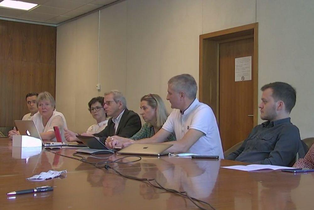 Alain Carignon s'entoure d'élus de son groupe d'opposition et de candidats aux départementales pour réclamer la démission d'Éric Piolle