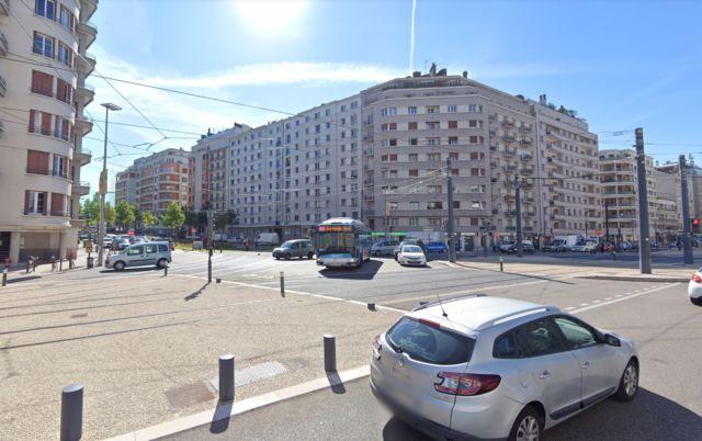 """Croisement des boulevards Jaurès-Libération et Vallier-Foch à Grenoble, l'un des """"points noirs"""" accidentogènes de l'agglomération © Google Maps"""