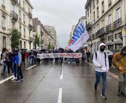 Blocages d'établissements et manifestation de lycéens à Grenoble contre la tenue du baccalauréat