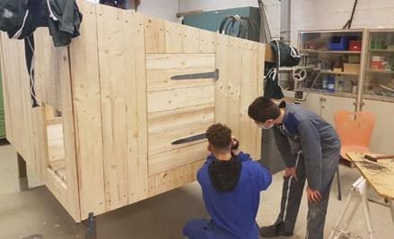 Autre exemple de réalisation: la création d'un poulailler par un enseignant de menuiserie et sa classe de 3ème au collège Eurêka dans l'Aube. © Teragir