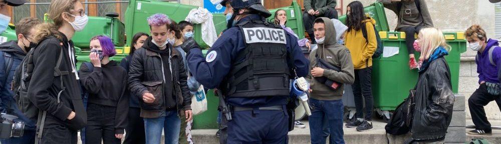 Les forces de l'ordre ont avertis les élèves qu'ils feraient usage de la force si nécessaire. © Sarah Krakovitch – Place Gre'net