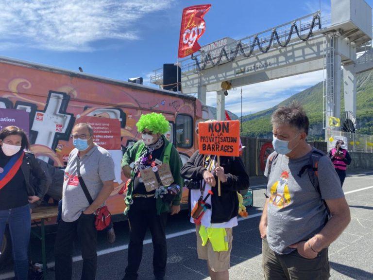 Plus d'une centaine de personnes étaient rassemblées sur le barrage de Saint-Égrève pour demander le retrait du projet Hercule. © Sarah Krakovitch - Place Gre'net