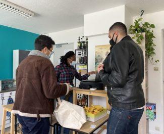 Bénévoles et étudiant avec son panier de denrées alimentaires, AGORAé de Saint Martin d'Hères, 5 février. © Sarah Krakovitch – Place Gre'net