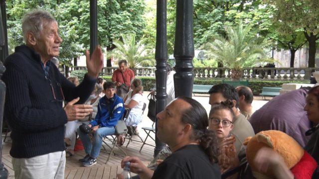 Les Rencontres du jeune théâtre européen battent leur plein. Fernand Garnier, le directeur du Créarc, donne ses derniers conseils aux comédiennes et comédiens de la troupe de l'Arist-Créarc de Grenoble . © Joël Kermabon - Place Gre'net