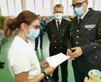 Le général Yann Tréhin, commandant du groupement de gendarmerie de l'Isère remet son brevet de cadet de la gendarmerie à une jeune élève. © Joël Kermabon - Place Gre'net à