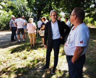Alain Carignon en discussion avec un riverain du parc Henri Tarze. © Joël Kermabon - Place Gre'net