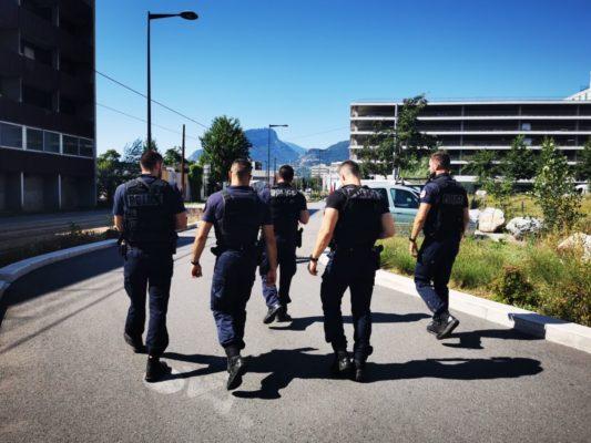 Patrouille de police pour lutter contre les rodéos à la Villeneuve de Grenoble. © Joël Kermabon - Place Gre'net