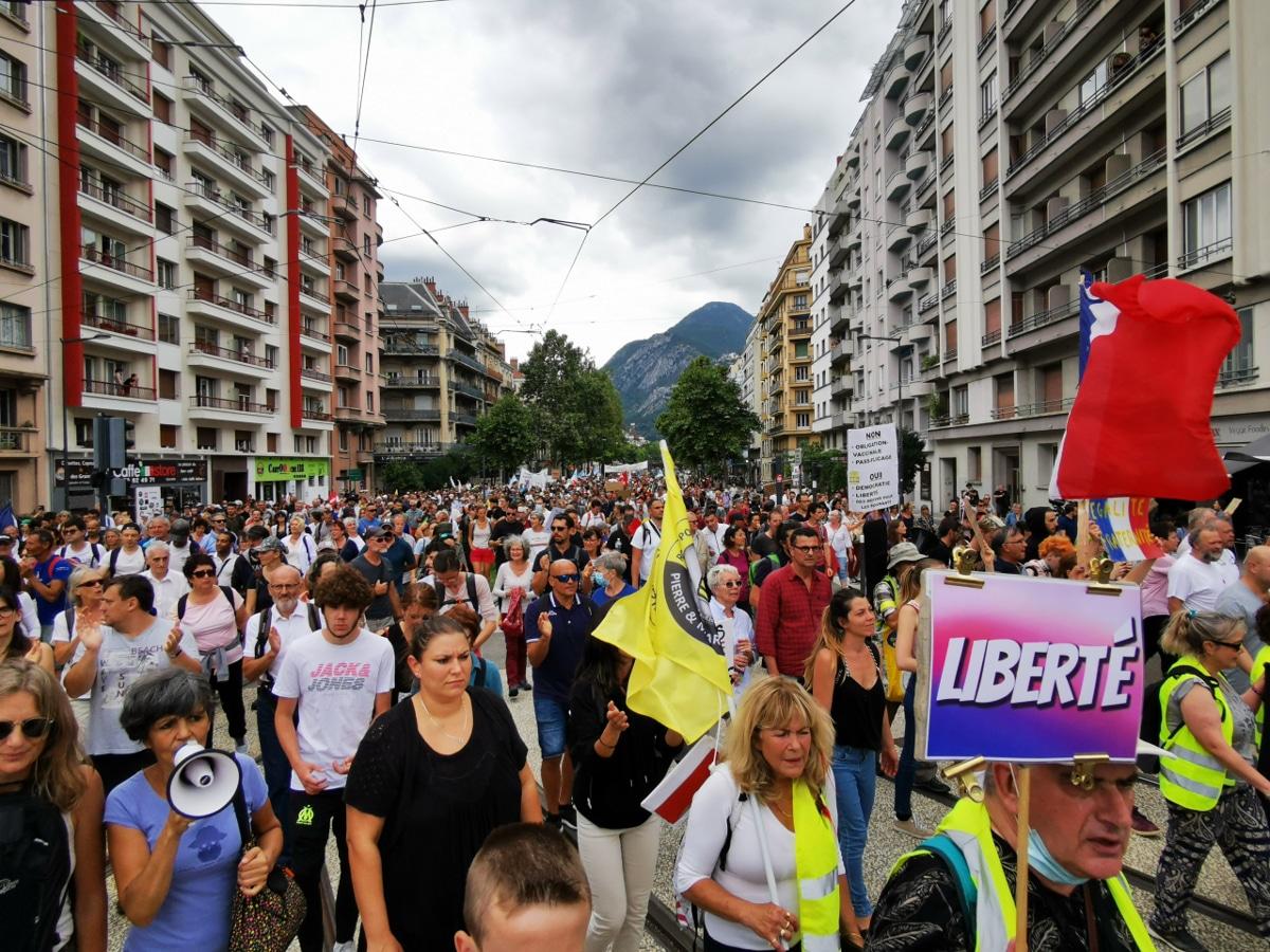 Entre 2 000 et 3 000 personnes ont défilé contre le pass sanitaire à Grenoble. © Joël Kermabon - Place Gre'net