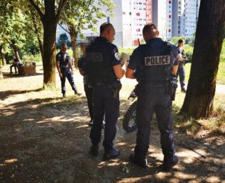 Les fonctionnaires de la BST contrôlent le propriétaire d'une moto-cross dépourvue de plaque d'immatriculation. © Joël Kermabon - Place Gre'net