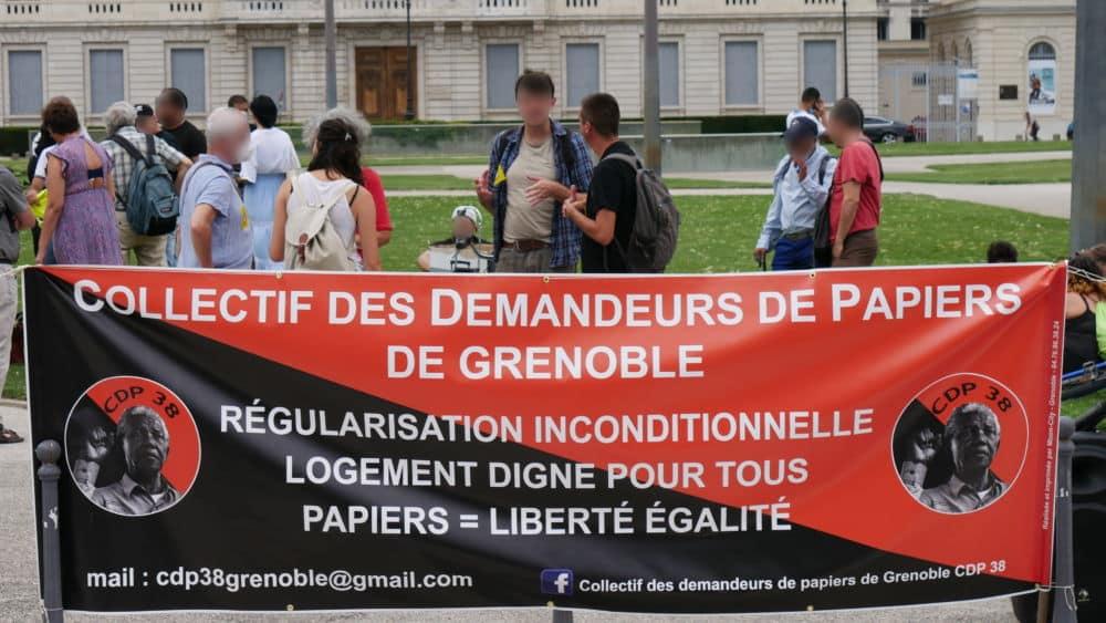Le Collectif des demandeurs de papiers 38 prêt à une grève de la faim. Banderole de la CDP 38 au rassemblement du 06 juillet 2021 (c) Ilan Khalifa--Delclos | Place Gre'net