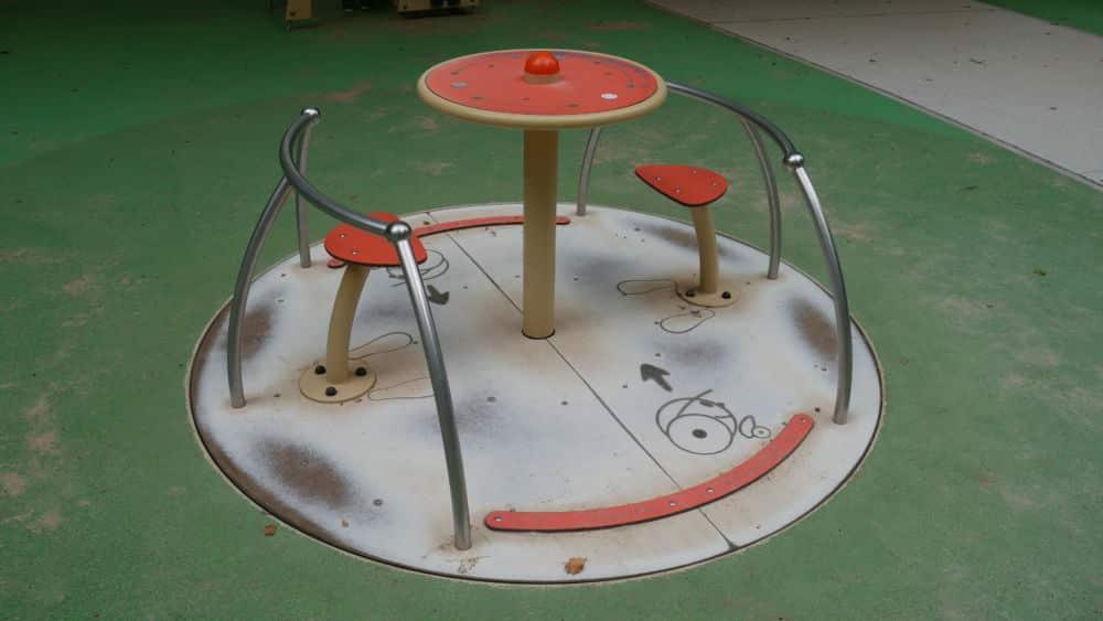 Tourniquet au Handiparc Pompidou, avec des places dédiées aux fauteuils roulants (c) Ilan Khalifa--Delclos   Place Gre'net