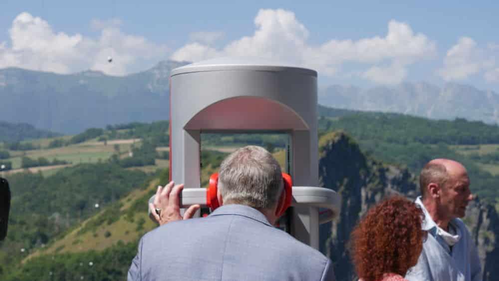 Jean-Pierre Barbier qui essaye l'expérience en réalité virtuelle au belvédère du Grand Balcon lors du lancement du petit train de la Mure le 20 juillet 2021 (c) Ilan Khalifa--Delclos | Place Gre'net