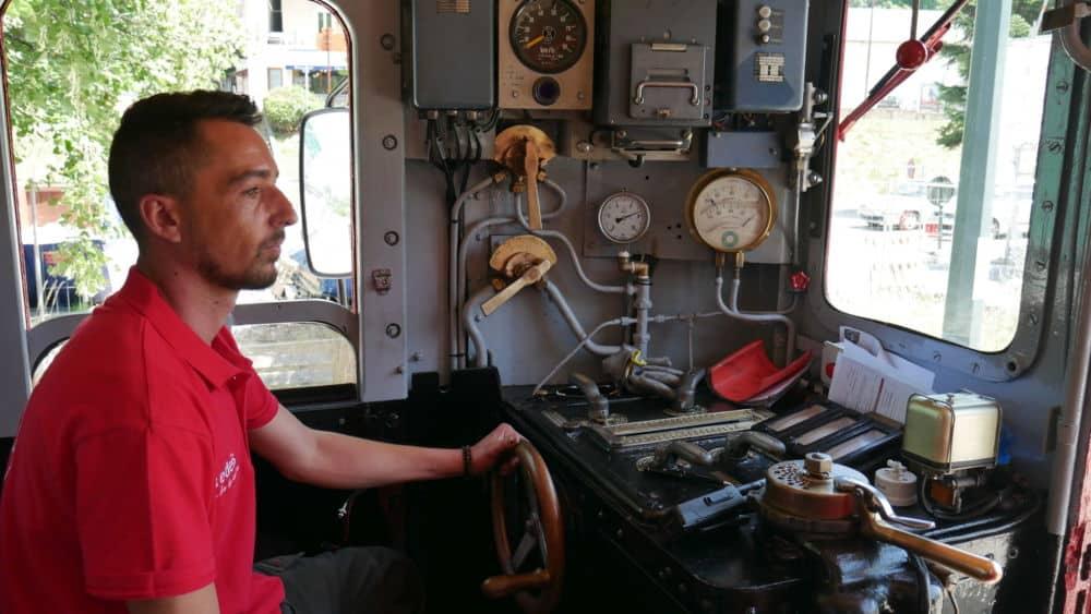 Stéphane, conducteur du petit train de la Mure dans sa cabine lors du lancement de la Mure le 20 juillet 2021 (c) Ilan Khalifa--Delclos | Place Gre'net