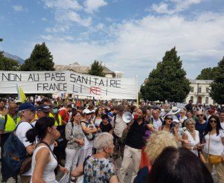 Mobilisation contre le pass sanitaire à Grenoble, avec François-Marie Périer, du collectif GreLive au mégaphone, samedi 24 juillet 2021. © Séverine Cattiaux - Place Gre'net