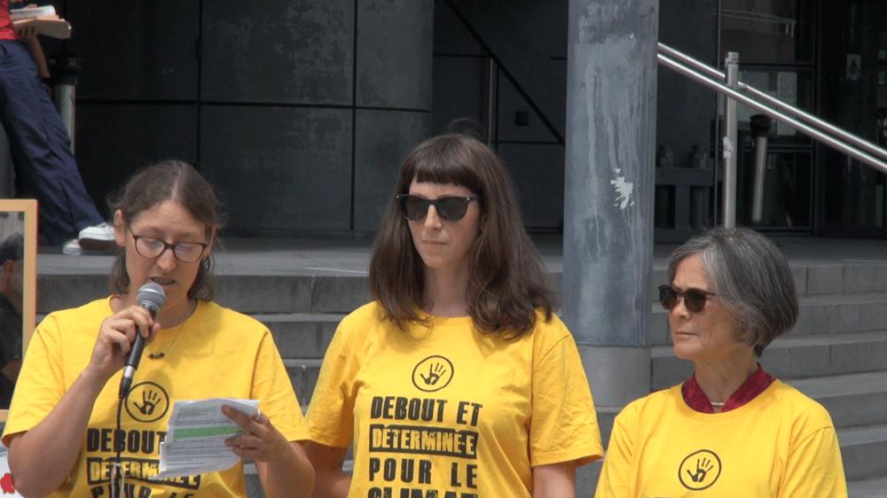 """Les trois """"décrocheuses de portraits"""" Léa, Lucie et Anne-Marie (c) Ilan Khalifa--Delclos   Place Gre'net"""