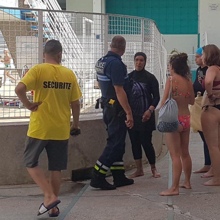 Intervention des forces de l'ordre suite à l'intrusion de militantes en burqini dans la piscine Jean Bron de Grenoble, mercredi 21 juillet 2021 © Séverine Cattiaux - Place Gre'net