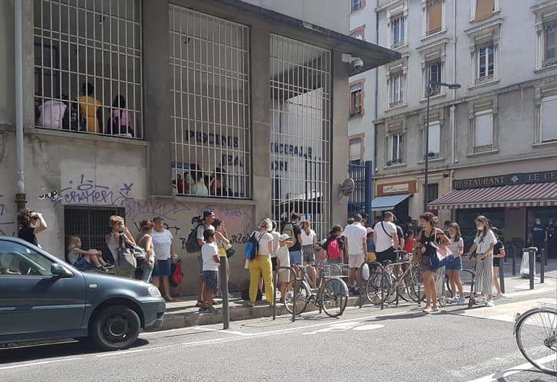 L'opération burkini du 21 juillet a occasionné un embouteillage dans la file d'attente devant la piscine Jean-Bron © Séverine Cattiaux - Place Gre'net
