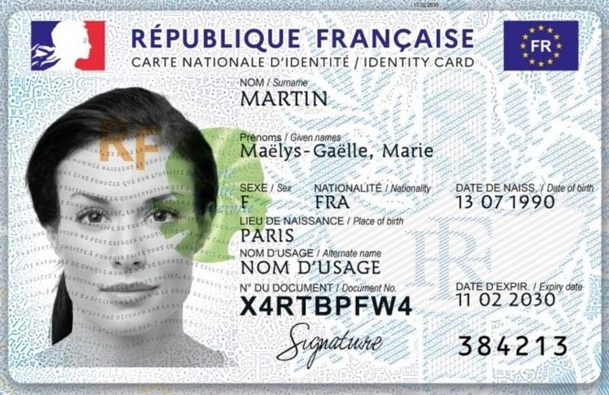 Le modèle de la nouvelle carte d'identité tel que présenté par les services de l'État. Avec sigle de l'Europe et langue anglaise.