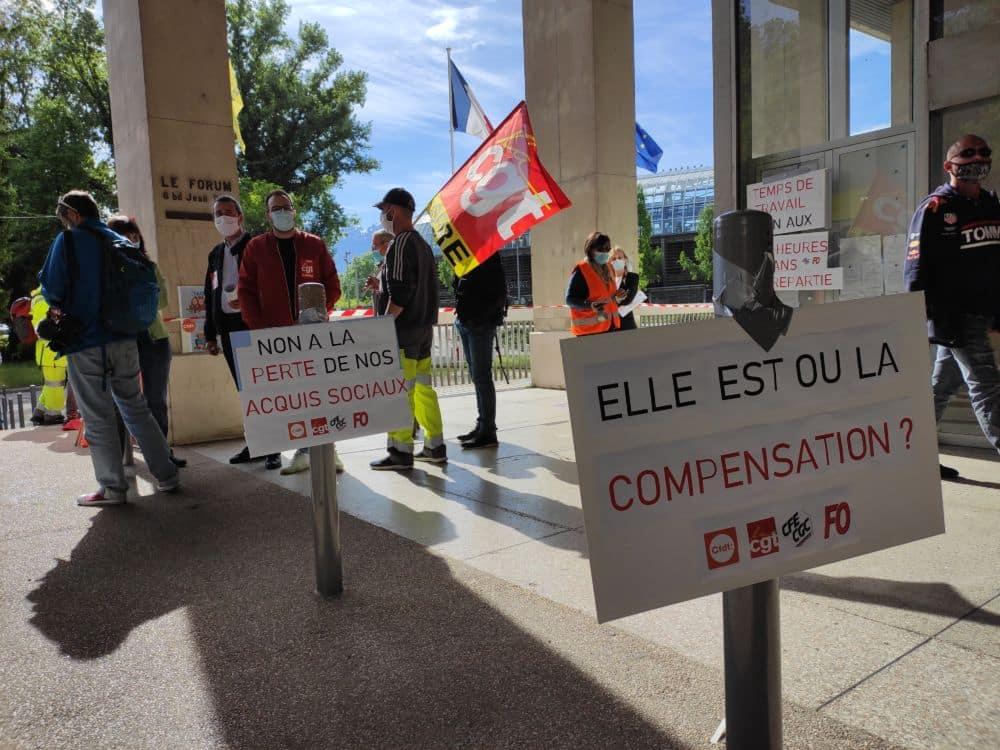 Les syndicats appelaient déjà au rassemblement devant la Métro à l'occasion du conseil métropolitain du 21 mai. Une nouvelle mobilisation est prévue le 2 juillet © Florent Mathieu - Place Gre'net