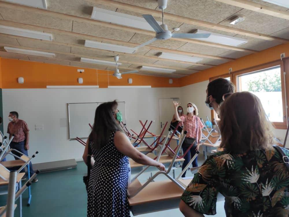 école Racine : L'architecte Lucie Colas durant la visite des salles de classe © Florent Mathieu - Place Gre'net