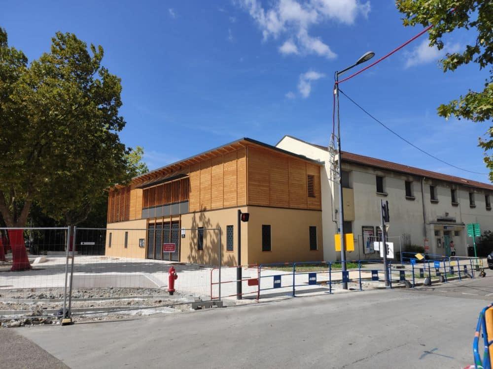 Une extension qui change le visage de l'école Jean-Racine, tandis que les travaux d'aménagement du parvis sont encore en cours © Florent Mathieu - Place Gre'net