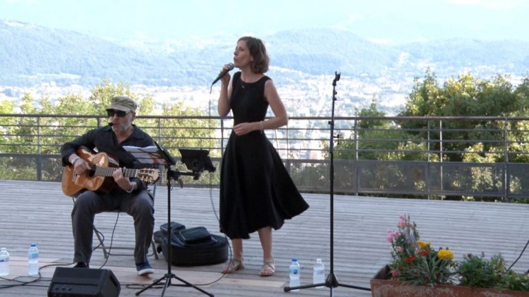 Le duo Abraço Nova a repris les grands standards de la bossa nova lors de son concert donné dans le cadre du festival de théâtre en plein air À la Bastille. © Joël Kermabon - Place Gre'net